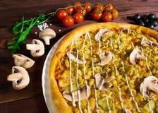 Pizza met paddestoelen op een mooie achtergrond stock fotografie