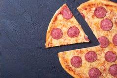 Pizza met pepperonis royalty-vrije stock afbeelding