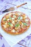 Pizza met pepperonis, tomaten, peper en mozarella Stock Fotografie