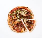 Pizza met plak die tegen witte achtergrond wordt geïsoleerd stock foto's