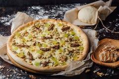Pizza met plakken van kalfsvlees en kaas stock foto