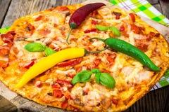 Pizza met prosciutto, paddestoel en tomaten Royalty-vrije Stock Afbeelding
