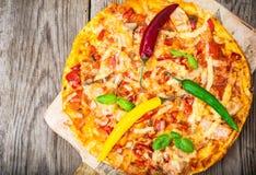 Pizza met prosciutto, paddestoel en tomaten Stock Afbeelding