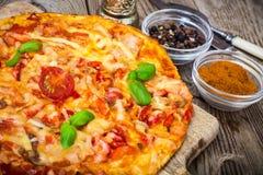 Pizza met prosciutto, paddestoel en tomaten Royalty-vrije Stock Foto's