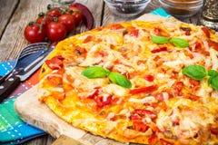 Pizza met prosciutto, paddestoel en tomaten Royalty-vrije Stock Fotografie