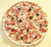 Pizza met rode vissen royalty-vrije stock afbeelding