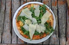 Pizza met rucola en parmezaan stock foto's