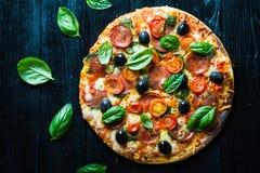 Pizza met salami, stock afbeelding