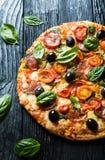 Pizza met salami, stock fotografie