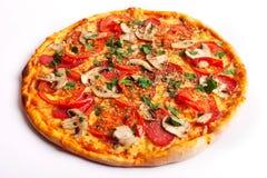 Pizza met salami, tomaten, paprika en paddestoelen Royalty-vrije Stock Afbeelding