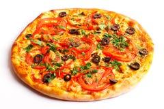 Pizza met salami, tomaten, paprika en paddestoelen Stock Afbeeldingen