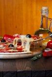 Pizza met smeltende kaas op heftoestel stock foto's