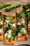 Pizza met spinazie en mozarella stock foto's