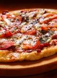 Pizza met tomaat stock fotografie
