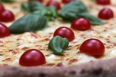 Pizza met tomaat en basilicum stock afbeelding