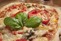 Pizza met tomaten Stock Foto