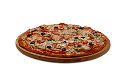 Pizza met tomaten en papper; vlees en mashrooms Op wit Stock Foto's