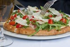 Pizza met tomaten, kaas en ruccola Royalty-vrije Stock Foto