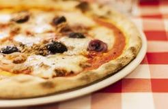 """Pizza met tonijnvissen, mozarella, tomatensaus op plaat†""""traditionele Siciliaans stock fotografie"""