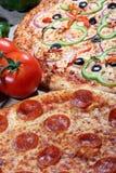Pizza met verse bovenste laagjes royalty-vrije stock afbeelding