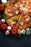 pizza met verticale worst en kaas en ingrediënten, Stock Foto