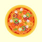 Pizza met worst, peper, paddestoelen, arugula, tomaten Stock Afbeelding
