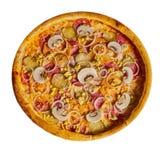 Pizza met worst, ui, komkommers op een geïsoleerde achtergrond stock afbeelding