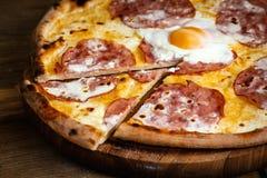 Pizza met worsten en ei Royalty-vrije Stock Foto