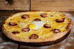 Pizza met worsten en ei Royalty-vrije Stock Fotografie