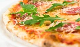 Pizza met worsten en salade Stock Fotografie