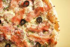 Pizza met zalm royalty-vrije stock foto