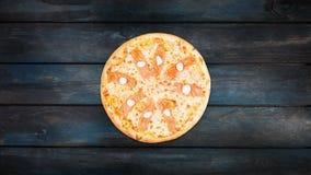 Pizza met zalm en de kaas die van Philadelphia op een donkere houten achtergrond roteren De hoogste richtlijn van het meningscent stock footage