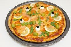 Pizza met zalm, olijven, arugula en citroen Royalty-vrije Stock Afbeelding