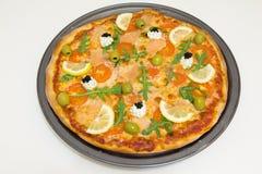 Pizza met zalm, olijven, arugula en citroen Royalty-vrije Stock Fotografie
