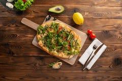 Pizza met zeevruchten en arugula op een houten achtergrond royalty-vrije stock foto's