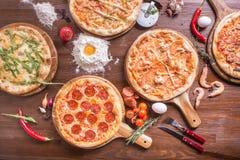 Pizza met zeevruchten en kaas, pepperonis stock foto's