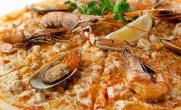 Pizza met zeevruchten, kaviaar, krab stock afbeeldingen