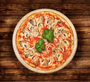 Pizza met zeevruchten op de houten lijst Royalty-vrije Stock Afbeelding