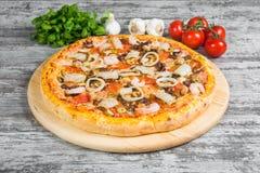 Pizza met zeevruchtengarnalen, pijlinktvis, mosselen, met rozemarijn en kruiden op een lichte houten achtergrond Italiaanse pizza royalty-vrije stock foto's