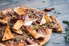 Pizza mexicana con la carne y las pimientas en una tabla de madera foto de archivo libre de regalías
