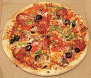 Pizza mezclada en caja de la pizza Fotografía de archivo libre de regalías