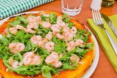 Pizza mit Arugula und Garnele mit Lizenzfreie Stockfotos