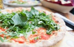 Pizza mit Basilikum und rucola Lizenzfreie Stockfotos