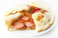 Pizza mit bayerischen Würsten Stockfotografie