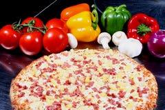 Pizza mit Belägen stockfotos