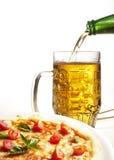 Pizza mit Bier Stockbilder