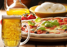 Pizza mit Bier Lizenzfreies Stockfoto