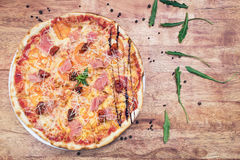 Pizza mit chiken und Tomaten Lizenzfreie Stockfotos
