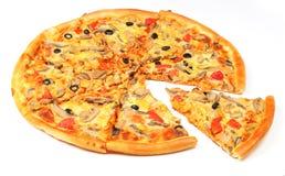 Pizza mit dem abgeschnittenen Stück Stockfoto