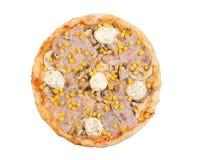 Pizza mit Schinken, Käse, Majonäse, Pilzen und Mais Stockfotos